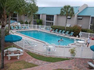 Luxurious 2 BR Condo - Short Walk to Siesta Beach