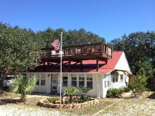 ALL DECKED OUT - New Outdoor Cookhouse - Gulf View - Pet Friendly - Rooftop Deck