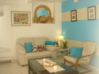 Affordable- Apt Sleeps 2 - Own Pool & Patio Beaches within 5 mins walk, Fitts