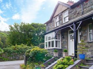 TREMORTHIN, dog-friendly, close to beach and castle, woodburners, in Harlech