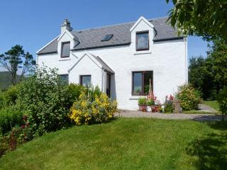 CROFT APARTMENT, beautiful views, open plan living area, cosy apartment close to the coast in Kilchoan, Ref. 27318