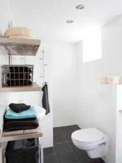 Bathroom with shower Haarlem House Short Stay apartment