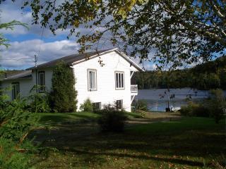 Breathtaking waterfront cottage, Saint-Jean-des-Piles