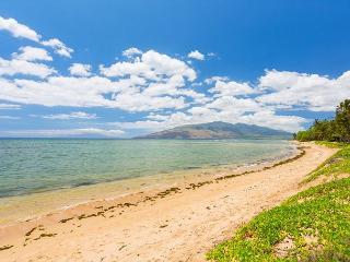 Waiohuli Beach Hale 201 Remodeled 2/2 Oceanfront Condo Sleeps 4, Kihei