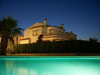 Sunny villa with large pool & beautiful ambience, Miami Platja