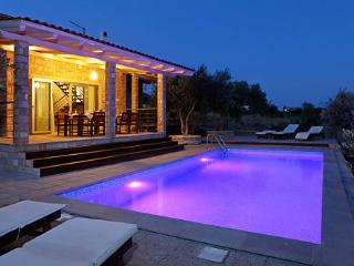 Peaceful villa Sole with pool, set among olive groves - with an amazing sea view