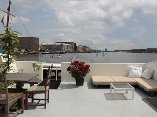 Harbour View Houseboat Apartment, Amsterdã