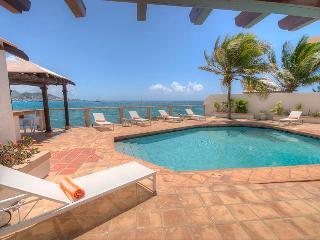 LA VISTA GRANDE... IRMA Survivor!! Water front 4 BR villa, walk to beaches!