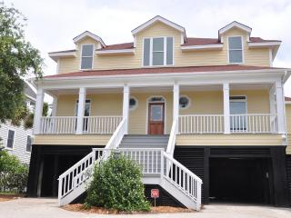 Lovely Oceanfront 5 Bd, Huge Kitchen, Large Pool!!, Isle of Palms