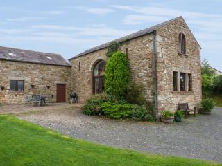 HADRIAN'S VIEW, detached barn conversion, open fire, dog-friendly, in Banks