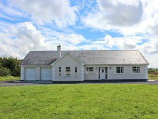 MEES HOUSE family-friendly, detached, off road parking, enclosed garden, in Co