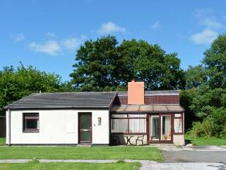 TREVELLARD BELLE, chalet, woodburner, on-site outdoor swimming pool and tennis, private garden, in Saltash, Ref 27832