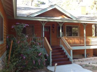 Quiet, Residential Cabin; 3BR, Sleeps 8; Close to Village & Snowplay