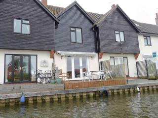 Swan Cottage Self catering three bedroom holiday cottage in Wroxham, Hoveton on the Norfolk Broads