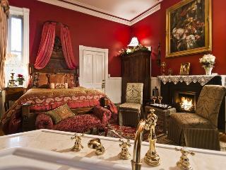 Luxury Victorian Townhome Sleeps 2-13, Savannah