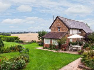 RADDLE BANK HOUSE, detached barn conversion, en-suite bedrooms, woodburner, Tenbury Wells