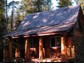 Halfmoon Cottage ~ Private Hot Tub, Ucluelet
