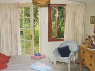 Dormitorio se abre en el frondoso jardín