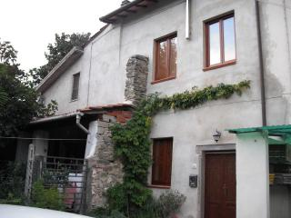 Tuscan holiday home for rental set in beautiful bagni di Lucca, sleeps 4, Bagni di Lucca