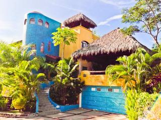 COLORFUL EXOTICA: OCEAN VIEWS ,POOL, PINGPONG, PALAPA