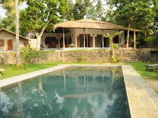 Villa Lula. Lake-side 4 bed with pool and staff., Galle