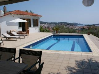 Styleful and modern villa with pool with town views, Cidade de Skiathos