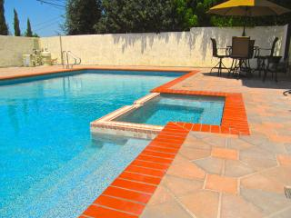 3 BED LRG LUXURY TOWNHOUSE w/POOL, JACUZZI, & WIFI, Los Angeles
