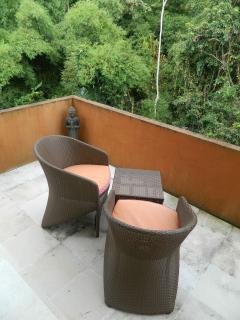 one of 2 comfotable terrasses