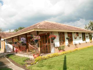 RELAXING, SAFE CHALET FOR 10 IN ARMENIA, COLOMBIA!, Armenia