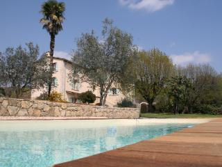 Bed and Breakfast in Provence with a Pool and Garden, Tourrettes
