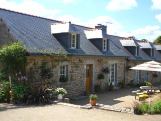 Ty Flowery, a Breton cottage with a swimming pool., Saint-Caradec-Tregomel