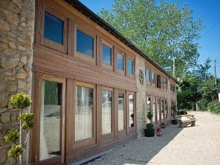 The Wagon Shed, 6 bedroom barn with Hot tub Devon