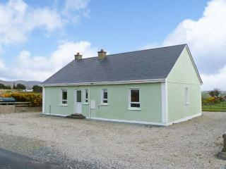 MOUNTAIN VIEW, pets welcome, open fire, en-suite facilities, near Falcrragh, Ref
