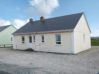 SEABREEZE, open fire, pretty view, ground floor accommodation, near Falcarragh R