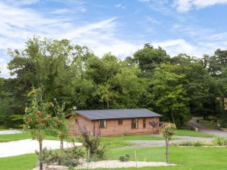 YORKSHIRE LODGE, log cabin, ground floor, hot tub, pet-friendly, in Kiplin, Ref