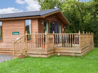 YORKSHIRE LODGE, log cabin, ground floor, hot tub, pet-friendly, in Kiplin, Ref