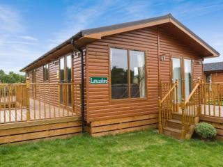 LANCASHIRE LODGE, log cabin, ground floor, hot tub, pet-friendly, in Kiplin, Ref
