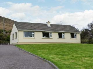 HEATHER GLEN, single-storey cottage, open fire, enclosed garden, pet-friendly, near Glenbeigh, Ref 27305