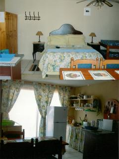 Bedroom / Queen bed/aircon/TV/Fully bathroom/Linnen provided/Ground level units