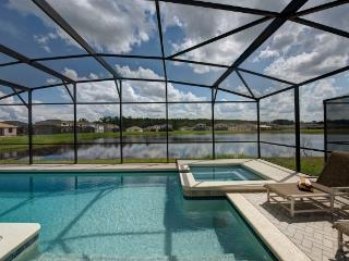 TROPICAL BREEZE with POOL/JACUZZI near DISNEY, Kissimmee