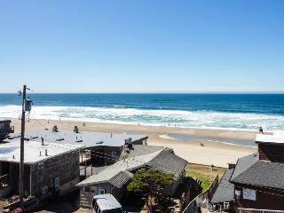 Oceanview condo w/ shared hot tub and pool, half a block to the beach!, Lincoln City