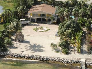 Direct Oceanfront Luxury Getaway w/ Pool & Dockage, Marathon