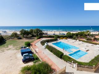 Flat with swimming pool, in front of the beach!!!