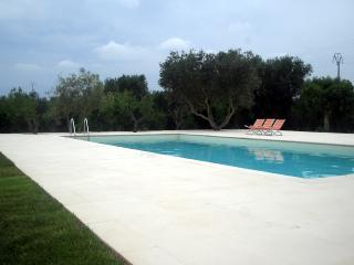 Trulli Tarturiello, hilltop big trullo with nice pool, Ceglie Messapica