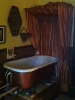 Tower suite tub