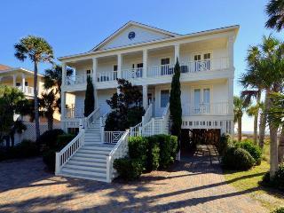Wonderful Ocean Front Home 8 bd, 9 ba w/Pool!, Isle of Palms