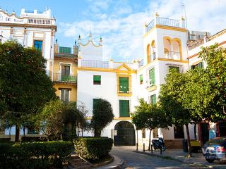 Plaza Santa Cruz A. 2 bedrooms for 5, parking, Sevilla