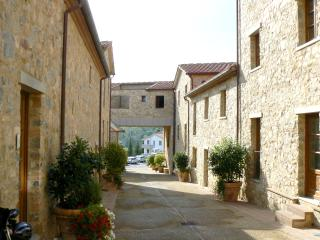 2 bedroom apartment in traditional Tuscan complex in village of Gaiole, sleeps 6, shared pool
