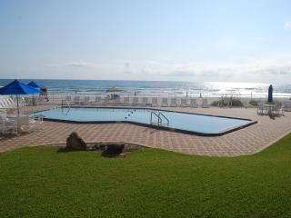 Beachfront Condo, beautiful views, walk to shops