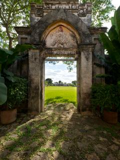 Arch from hacienda to Sisal